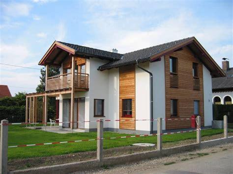 fenster fassade holzfassade verwitterung energiesparhaus und balkon