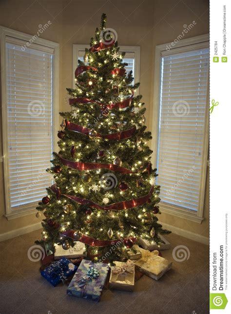 regalos de navidad bajo 225 rbol foto de archivo imagen