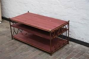 Tv Tisch Holz : tv tisch aus rostigem rundeisen mit regalb den aus holz ~ Lateststills.com Haus und Dekorationen