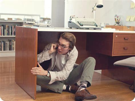 sous le bureau homme telephone cache sous bureau daily