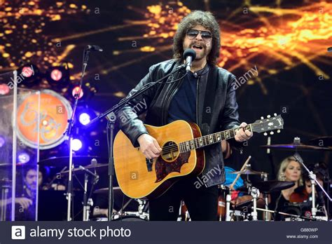 jeff lynne  band electric light orchestra performs