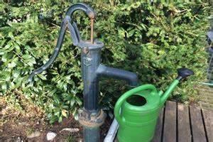 Hand Wasserpumpe Garten : wassertank im garten wie sie regenwasser effizient sammeln ~ Frokenaadalensverden.com Haus und Dekorationen