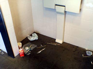 駅 の トイレ の 壁 に 迷惑 メール