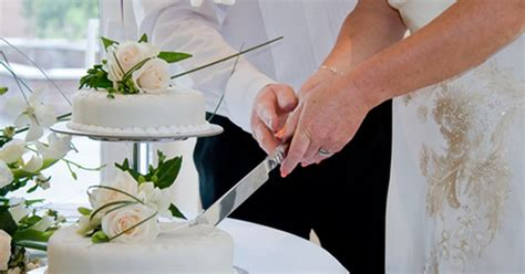 how to cut a wedding cake how to decorate the knife for cutting the wedding cake