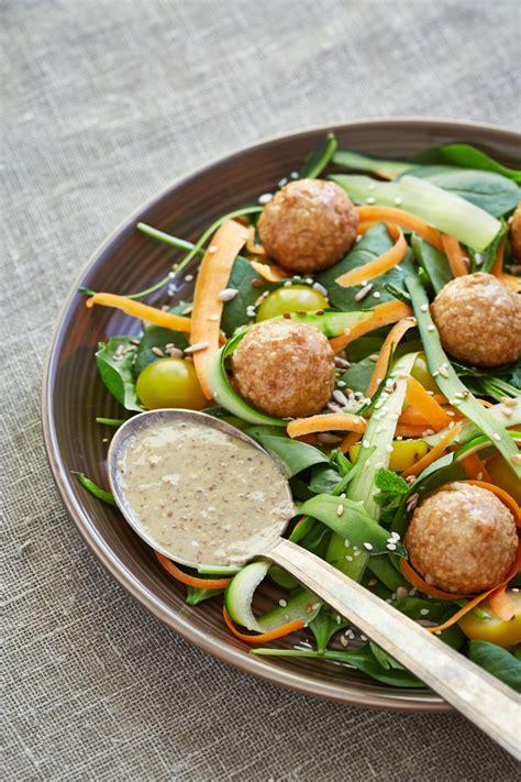 Gaļas bumbiņas ar zaļiem lapu salātiem un valriekstu medus ...