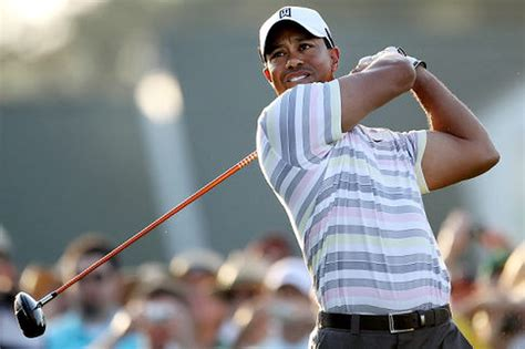 Tiger Woods applauded by golf fans during Masters practice ...