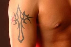 Croix Tatouage Homme : tatouage une croix originale sur le bras tatouage croix sur ~ Dallasstarsshop.com Idées de Décoration