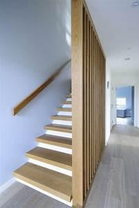 Treppe Handlauf Holz : treppenhaus mit hellem holz und wei er wand gel nder pinte ~ Watch28wear.com Haus und Dekorationen