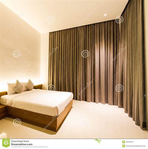 le chambre à coucher chambre à coucher avec le rideau brun photo stock image
