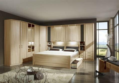 trouver un hotel avec dans la chambre tête de lit avec rangement gain de place et décoration