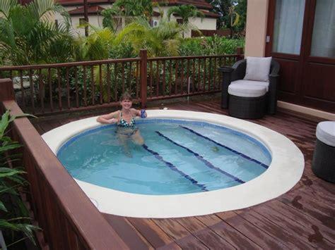 terrasse mit pool terrasse pool terrassengestaltung holzterrasse wasser