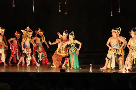 Sementara musik ialah hasil pengolahan suara, melodi, harmoni dan ritme, vokal serta tempo. 10 Bentuk Teater Tradisional di Indonesia