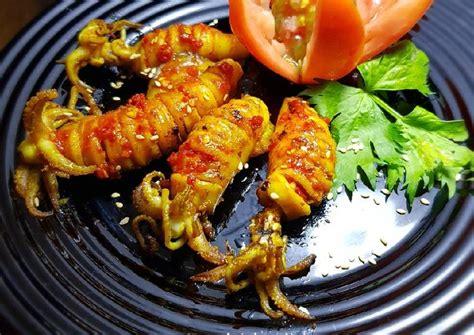 Masakan ikan salah satu masakan yang banyak digemari oleh para pecinta kuliner, selain rasanya yang lezat ikan diyakini memiliki segudang manfaat yang. Resep Cumi Bakar Madu Pedas oleh Nayla's Kitchen - Cookpad