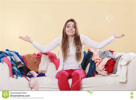 femme impuissante s asseyant sur le sofa dans la maison