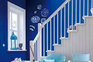 Leuchtende blaue Wände im Flur Bild 10 [LIVING AT HOME]