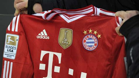 Step inside and take a look at our enormous selection of fc bayern munich football gear, player memorabilia and more fun items, toys and games than you can shake a stick at. FC-Bayern-Trikot: Jetzt bekommen auch die Fans das WM-Logo ...