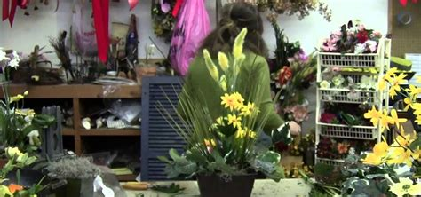 how to make an arrangement of flowers how to make a easter flower arrangements 171 flower arrangement wonderhowto