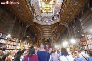 libreria in gesso il soffitto in gesso della libreria lello foto