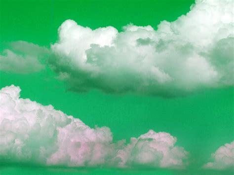 gruener himmel mit wolken surrealistische farben hintergrundbilder kostenlos