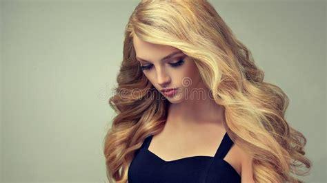 Idée Coiffure Cheveux Crépus Mi Femme Aux Cheveux D Or Avec La Coiffure Volumineuse Brillante Et Boucl 233 E Cheveux Cr 233 Pus Photo