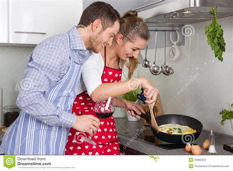 faisant l amour dans la cuisine in cooking together in the kitchen and fu stock photography image 34865202