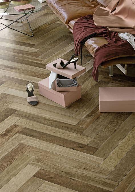chambre en gris et blanc carrelage imitation bois et parquet marazzi