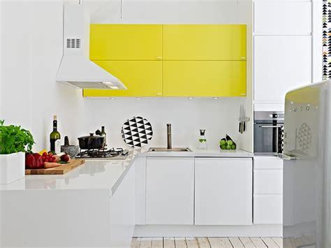 cuisine jaune et blanche une touche de couleur dans la cuisine cocon de