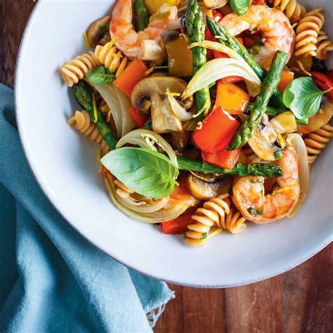 recette de cuisine d ete pâtes aux légumes et aux crevettes ricardo