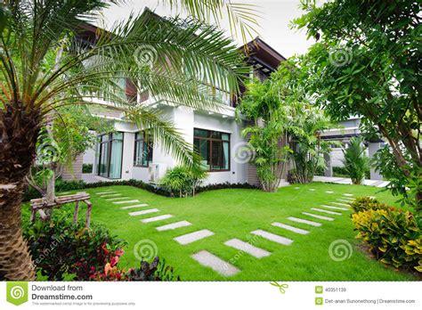 maison moderne dans le jardin image stock image 40351139