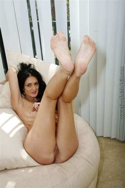 Mature Australian Lake Showing Off Her Hot Pussy And Feet