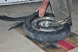 Changer De Taille De Pneu : comment changer les pneus de sa moto sois m me mecanique moto ~ Gottalentnigeria.com Avis de Voitures