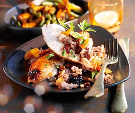 cuisiner le chapon astuce du chef cyril lignac chapon rôti aux fruits secs