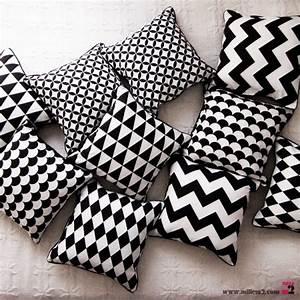 Coussin Ethnique Noir Et Blanc : coussin en noir blanc triangles mille m2 ~ Teatrodelosmanantiales.com Idées de Décoration