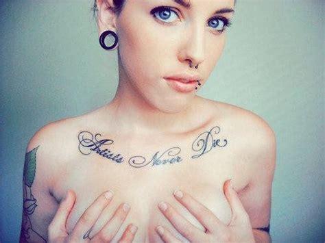 Tatouage Phrase En Desous Clavicule Poitrine Femme