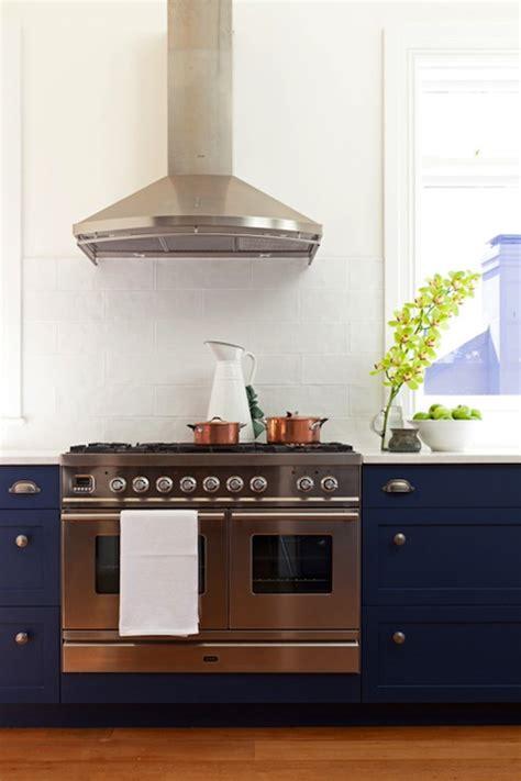 cobalt blue kitchen cabinets blue glass tile backsplash cottage kitchen bhg 5517