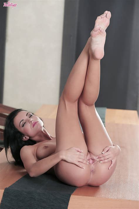 Amazing Brunette Spreading Tight Pussy Lambstew
