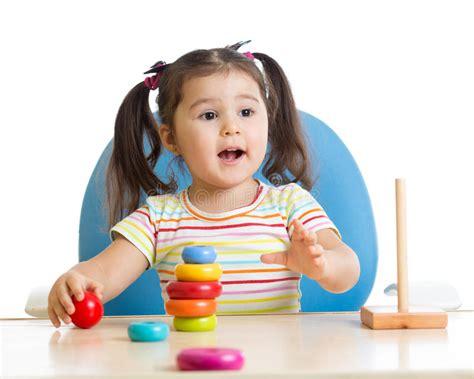 bambino che gioca rings bambino infantile con la