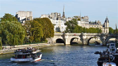 France, Paris, Trafic Sur La Seine Entre Le Pont Des