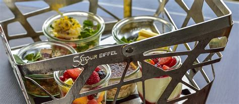 cuisine avec bar table déjeuner au 1er étage de la tour eiffel restaurant 58