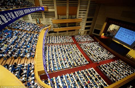 3,500 Chinese University Students Take Same Lesson To