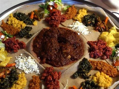 cuisine faire un roux doro wat on injera ethiopie plat traditionnel