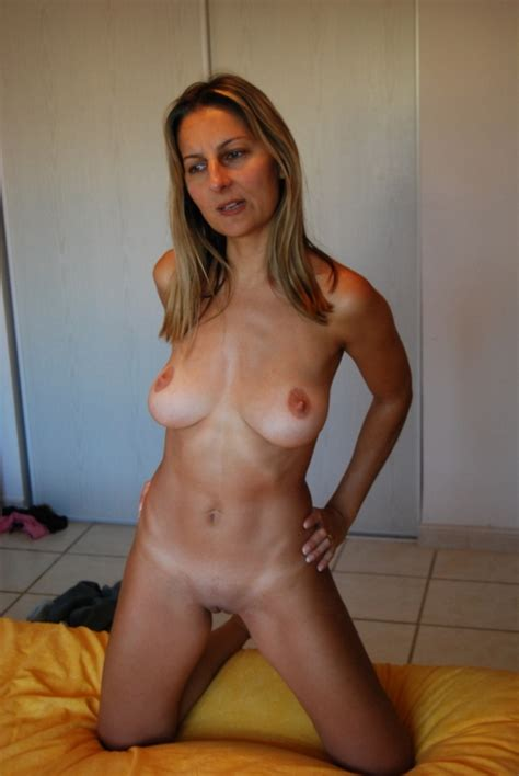 Nude Moms - Still sexy mature housewives posing naked