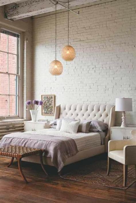 tapisserie de chambre a coucher le papier peint imitation brique donne de la personalité à
