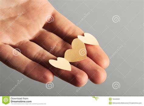 corte en la mano pocos corazones de papel del recorte en la mano fotos de