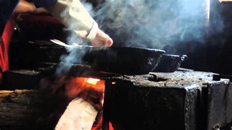 mujeres cocinando en fogon de lena raw paisajes