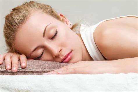 Dormire Senza Cuscino by Dormire Senza Un Cuscino 7 Pro 5 Contro E Come Iniziare
