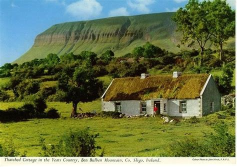 Cottage Irlandesi Thatched Cottage In The Yeats Country Ben Bulben Mountain