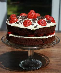Chocolate Sponge with Strawberries and Cream Cheese Icing ...