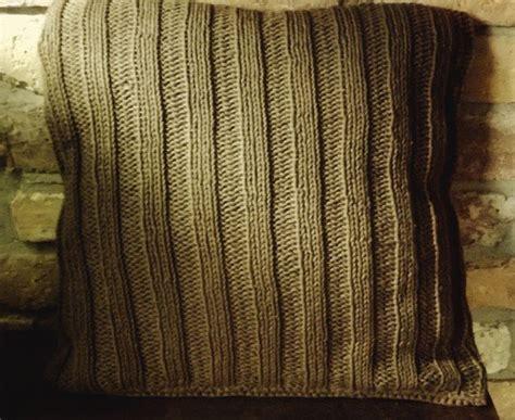 kissen stricken mit knöpfen strickanleitung f 252 r ein kuschliges sofa kissen mit kn 246 pfen im landhauslook