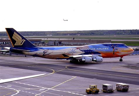 Description Singapore Airlines Boeing 747-400 Tropical KvW.jpg